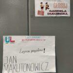 Plakaty wyborczy kandydatów wiszące na ścianie w szkole
