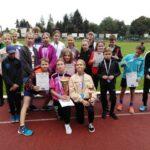 Drużyna sportowców z naszej szkoły z medalami i dyplomami